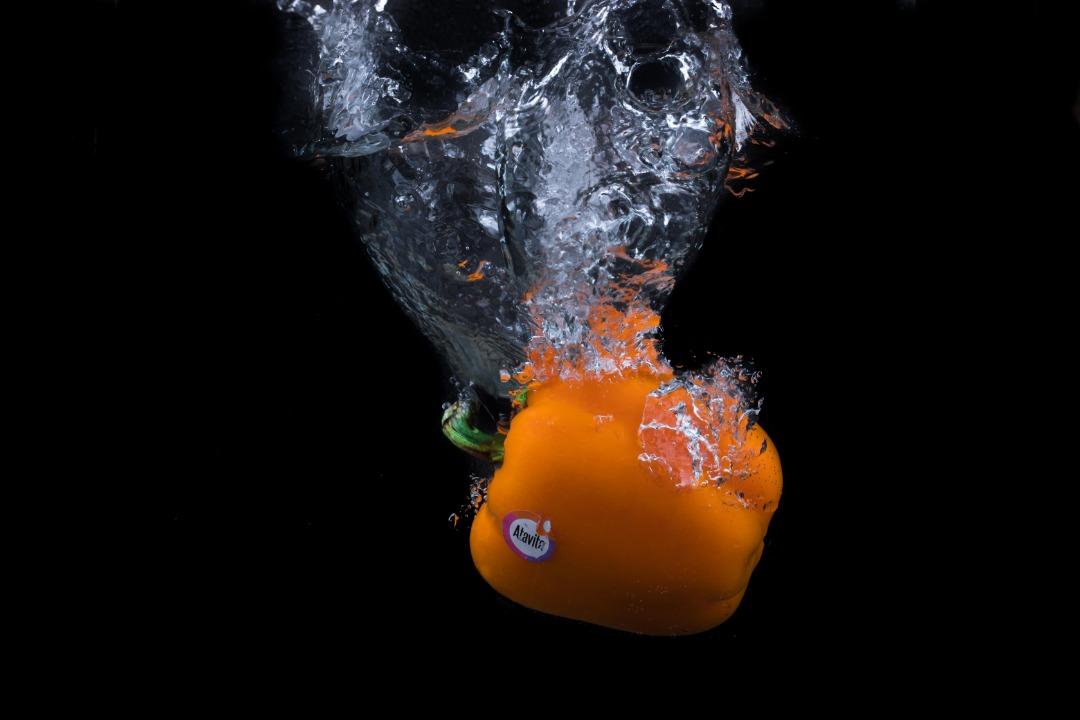 فلفل دلمه ای نارنجی در آب