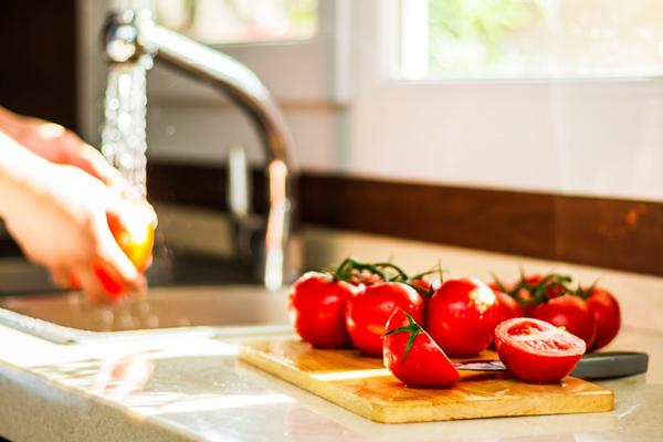 خوردن گوجه فرنگی